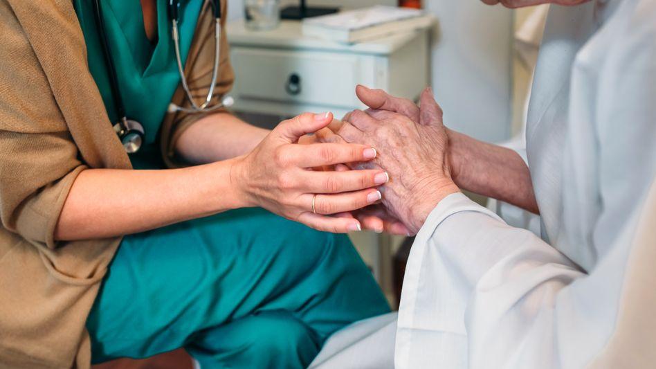 """Gespräch mit Patienten: """"Das ist eine schlechte Nachricht. Aber ich bin jetzt für Sie da."""""""