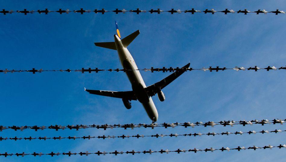 Abgelehnte Asylbewerber werden per Flugzeug abgeschoben (Symbolbild)