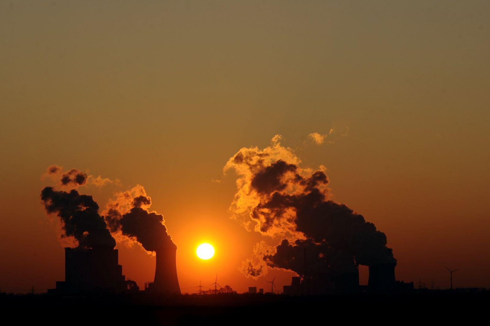 Sonnenuntergang hinter Kraftwerk Neurath