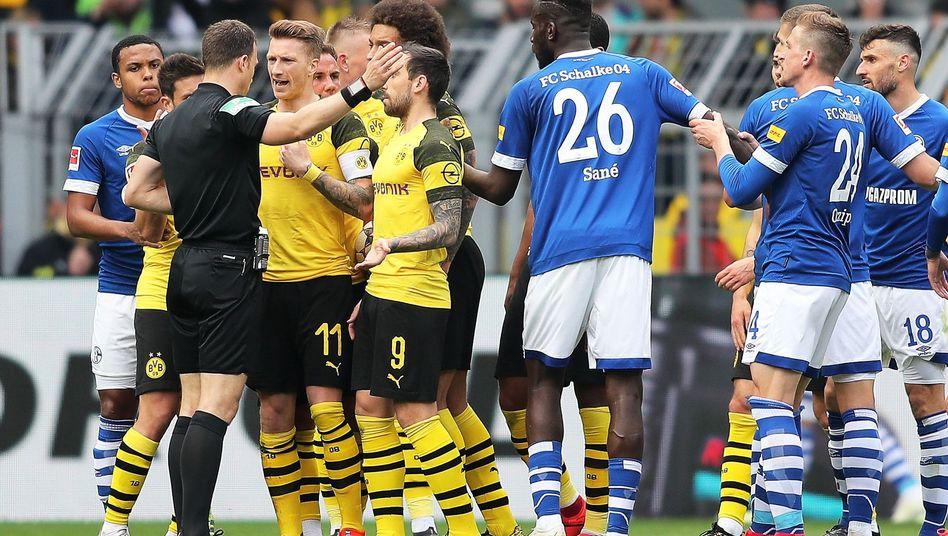Dortmunds Marco Reus (3.v.l.): Platzverweis nach rüdem Foul