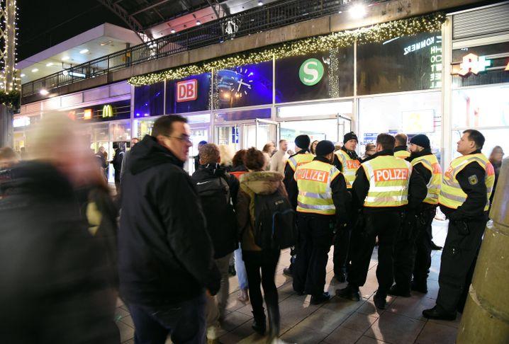 Polizisten am Eingang des Kölner Hauptbahnhofs