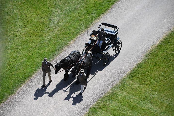 Die Ponys Balmoral Nevis und Notlaw Storm, die die Kutsche des Herzogs von Edinburgh ziehen, treffen zur Trauerfeier für Prinz Philip auf Schloss Windsor ein