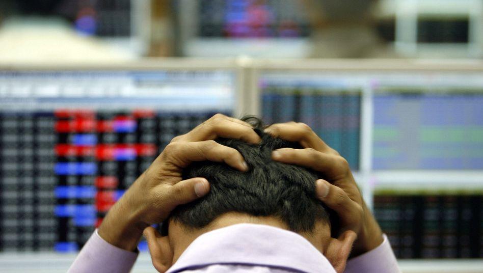 Software-Opfer: Büroarbeiter schlägt die Hände überm Kopf zusammen