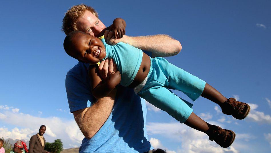 Prince Harry mit dem Waisenjungen Lerato in Lesotho