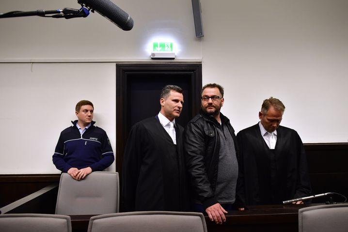 Angeklagter Wilfried W. (Zweiter von rechts), Verteidiger: Das Leiden auf Video dokumentiert