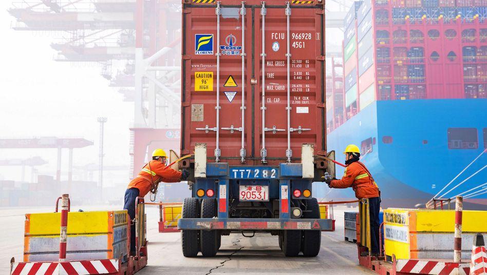 Arbeiter im Hafen von Qingdao in der ostchinesischen Provinz Shandong