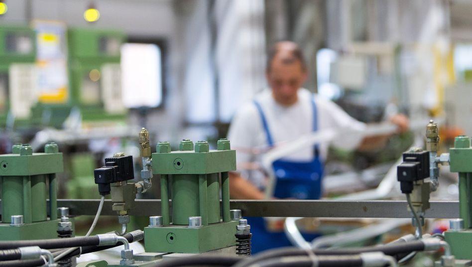 Arbeiter in einer Maschinenfabrik in Sachsen
