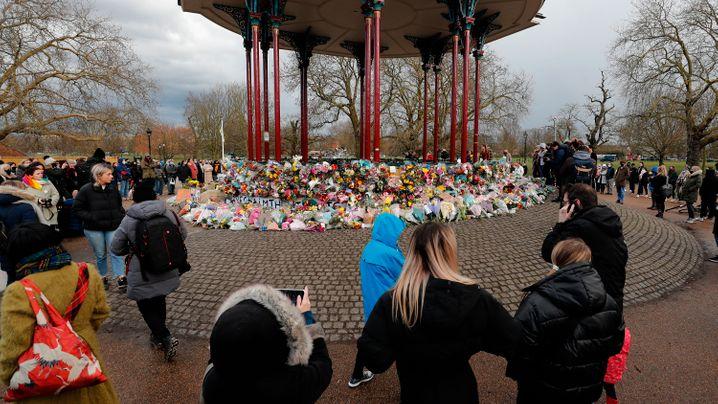 Hunderte Menschen versammelten sich rund um den Musikpavillon im Park Clapham Common