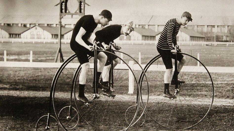 Hochradfahrer auf einer Rennbahn um 1900: Lebensgefährliche Kopfstürze