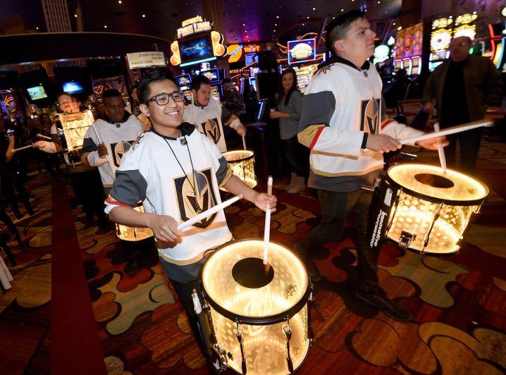 Golden-Knights-Fans ziehen durch ein Casino
