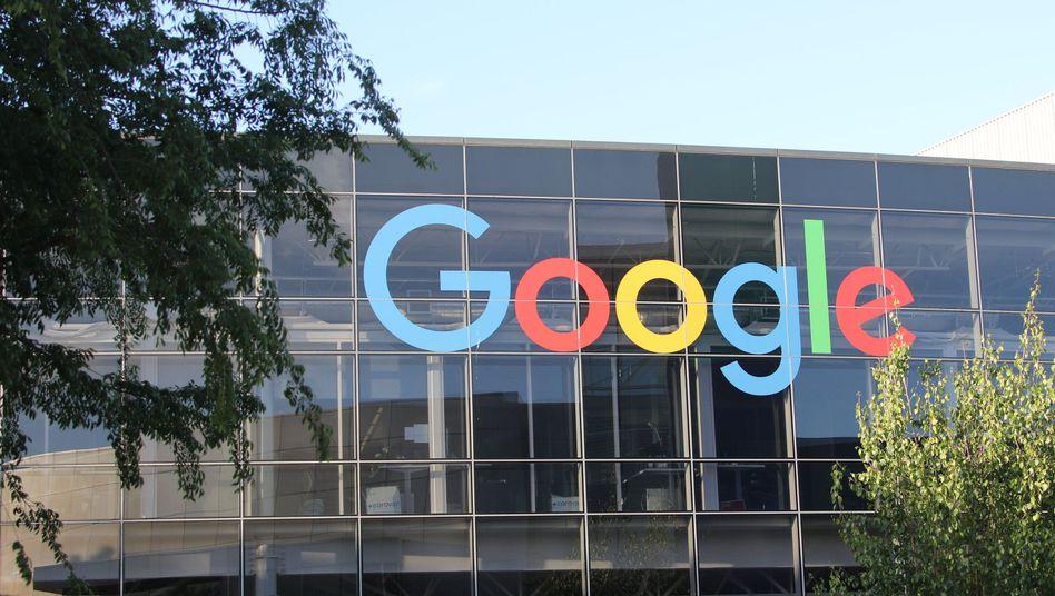 Das Logo von Google an der Fassade des Hauptsitzes des Mutterkonzerns Alphabet