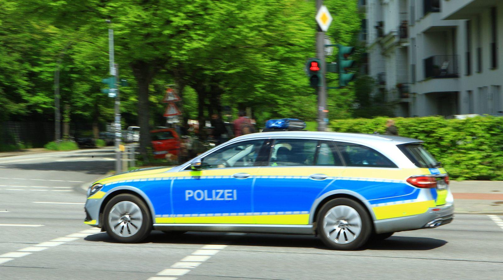 Ein Einsatzfahrzeug der Polizei Hamburg bei einem Einsatz. Eimsbüttel Hamburg *** An emergency vehicle of the police Ham