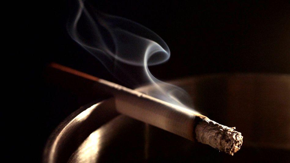 Brennende Zigarette: Kein Freibrief, bis zum 40. Geburtstag zu rauchen