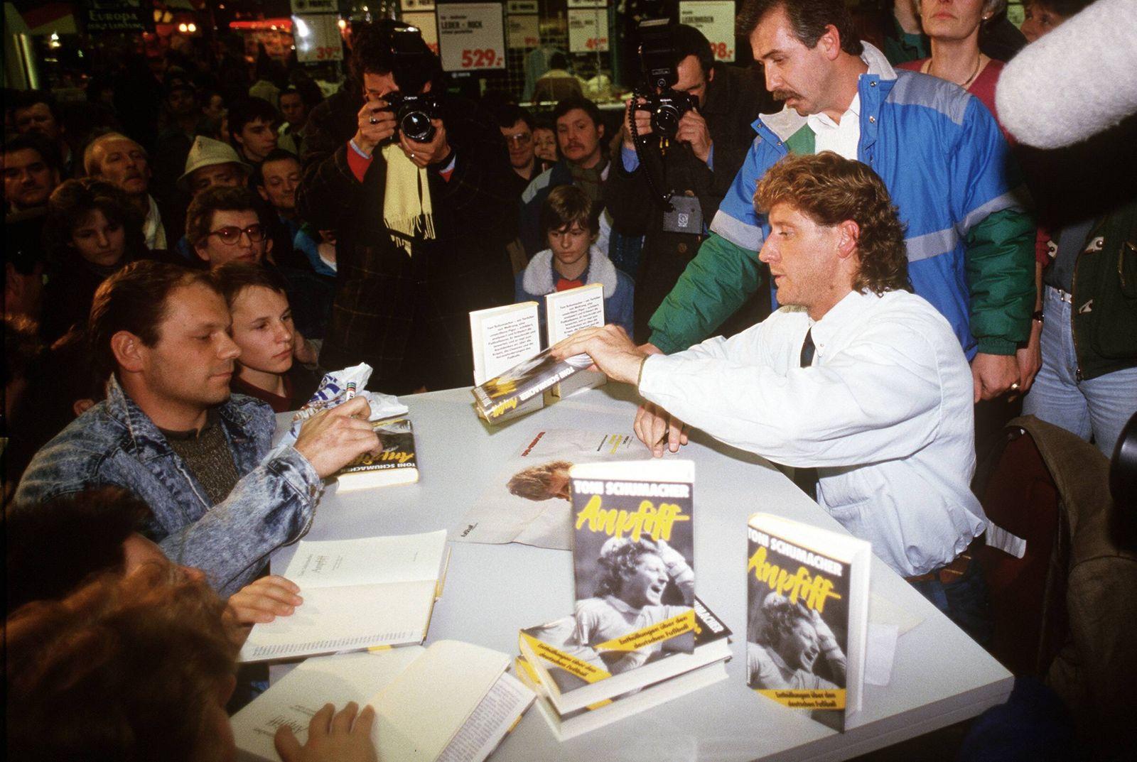 Toni Schumacher Deutschland signiert sein Buch Anpfiff Enthüllungen über den deutschen Fußball f