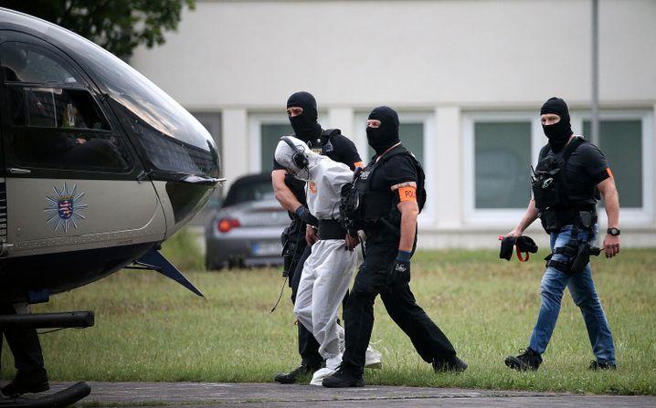 Ali B. wird in Hessen von Beamten einer polizeilichen Spezialeinheit in eine Justizvollzugsanstalt geflogen.
