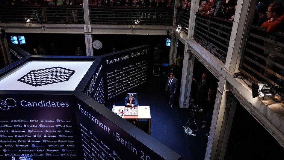 Zuschauer verfolgen das Kandidatenturnier in Berlin