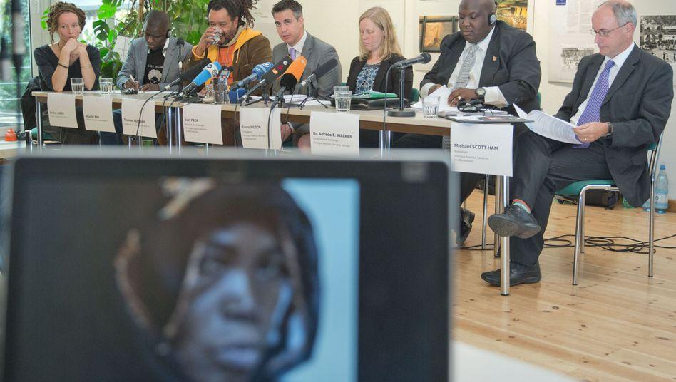 Experten bei Pressekonferenz: Zweifel an offizieller Version der Ereignisse
