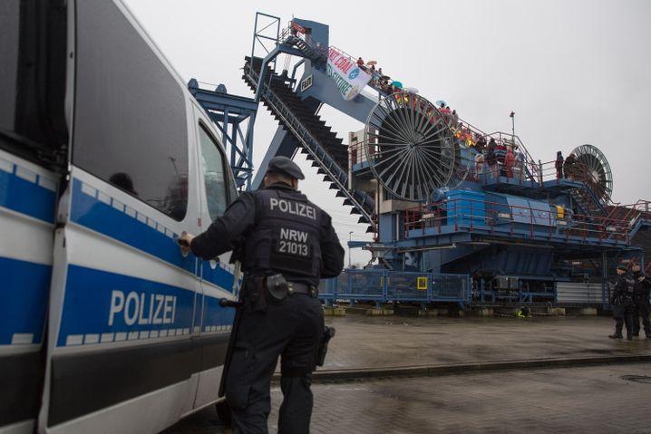 Einsatzkräfte der Polizei: Die Besetzung von Datteln 4 ist keine Überraschung