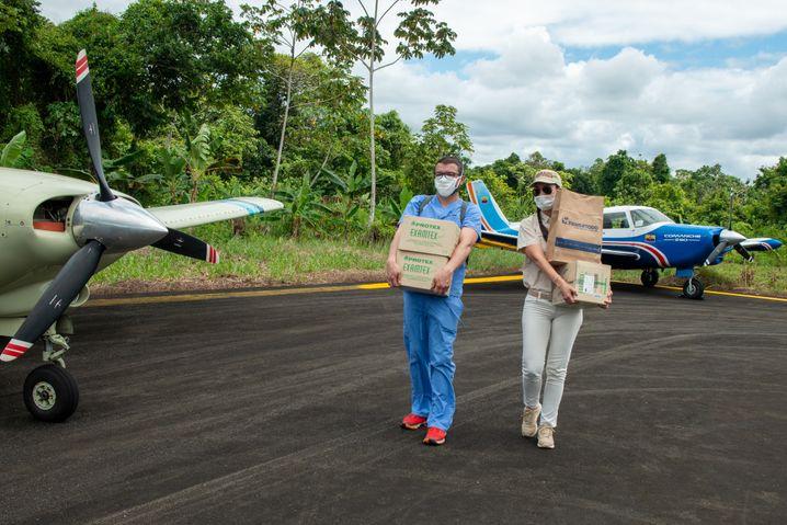 Arzt Camilo Pietro und Pilotin Monica Delgado laden die Maschine aus