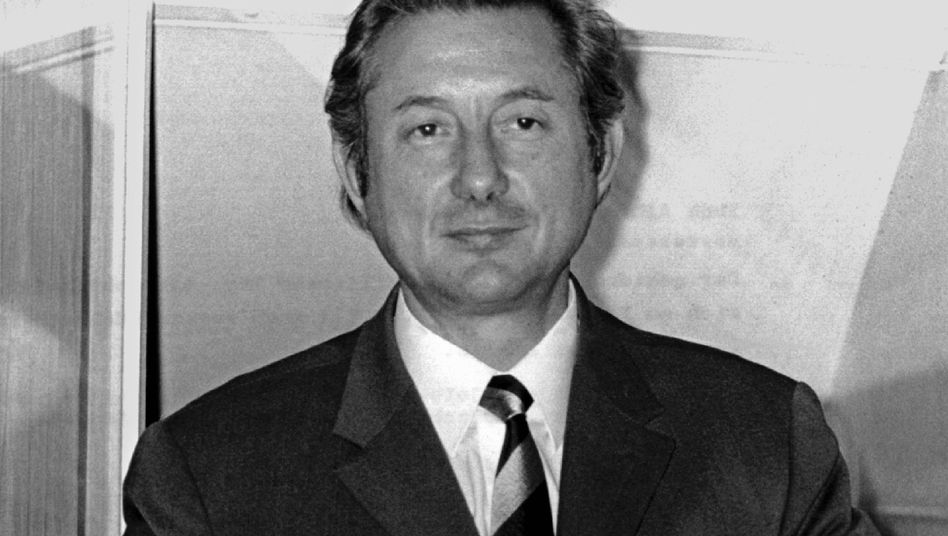 Theo Albrecht, who founded the discount grocery chain Aldi together with his brother Karl, died on Saturday (1971 photo).