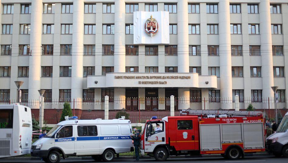Rettungskräfte vor dem Polizeigebäude von Nischni Nowgorod