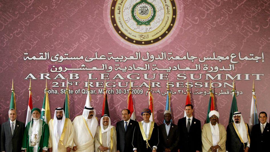 Treffen der Arabischen Liga 2009: Der Emir von Abu Dhabi (3.v.l.) posiert noch direkt neben dem damaligen Emir von Katar