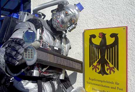 """Niedlich: Werbefigur """"UMTS-Roboter"""" vor dem Versteigerungsort der Lizenzen (August 2000)"""