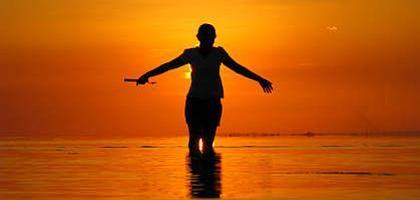 Himmelsspektakel: Bei Sonnenuntergängen hilft eine gezielte Belichtung auf mittlere Helligkeit am Himmel