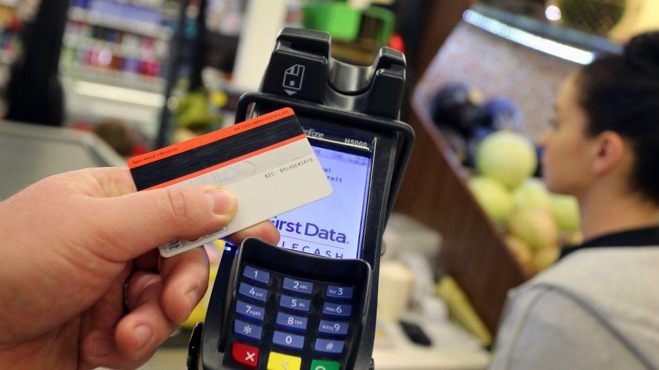 Beim kontaktlosen Bezahlen reicht es, die Karte in die Nähe des Lesegeräts zu halten