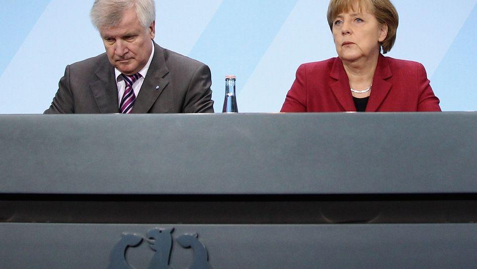 CSU-Chef Seehofer, Kanzlerin Merkel: Wut über den Steuercoup
