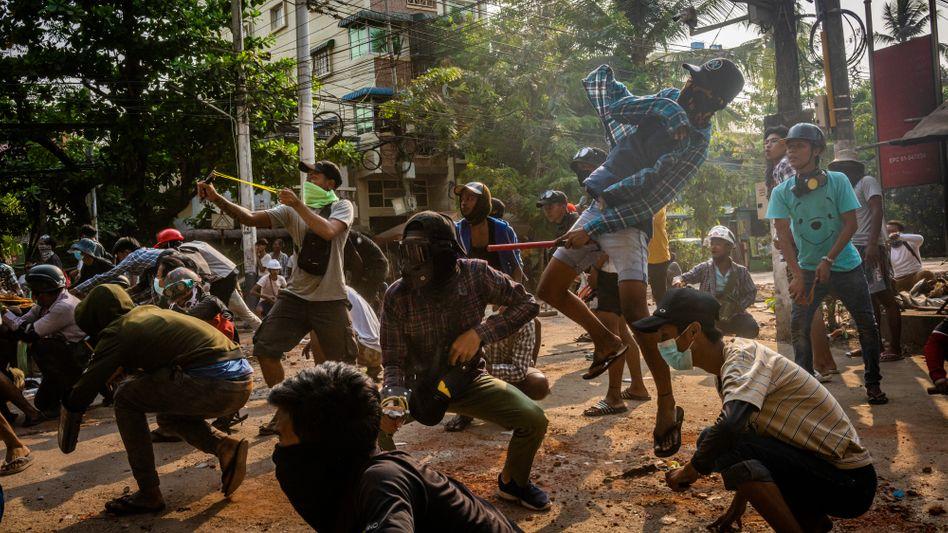 Demonstranten in Yangon: »Das Wochenende war ein Blutbad«
