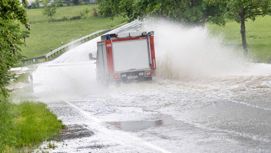 Überflutete Straße in Schmitten, Hessen