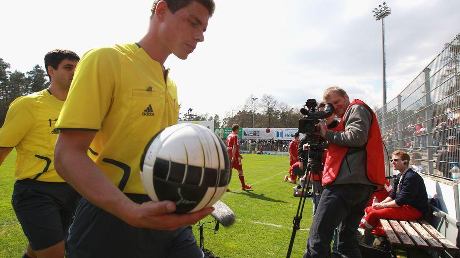 Schiedsrichter Kempter (im April 2010 vor einem Drittliga-Spiel): Posse um Comeback