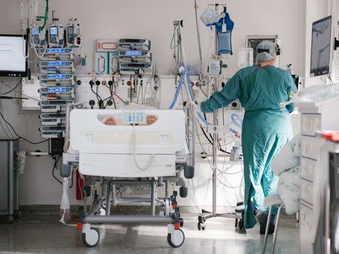 Intensivpflegerin in Braunschweig versorgt einen Coronapatienten
