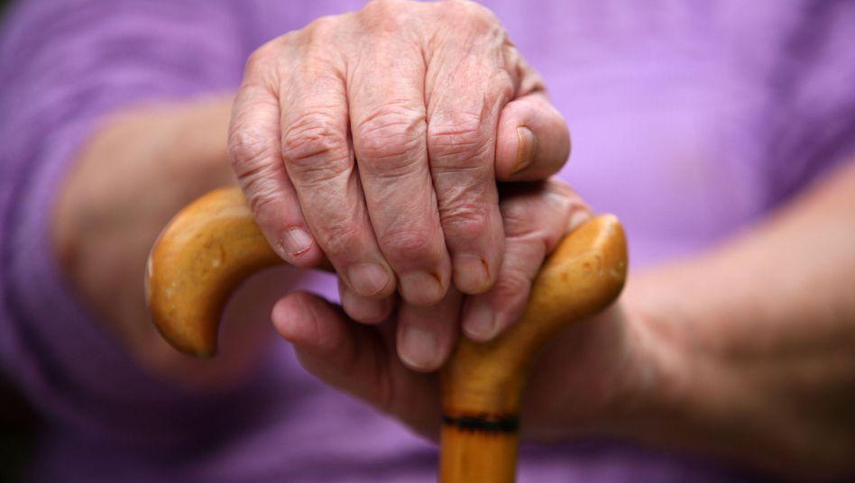 Seniorin in Deutschland: Unionsfraktion prüft neue Rentenregelung