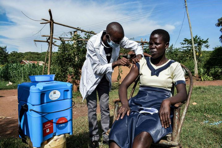 Mobiler Sanitäter bei Impfung in Kenia