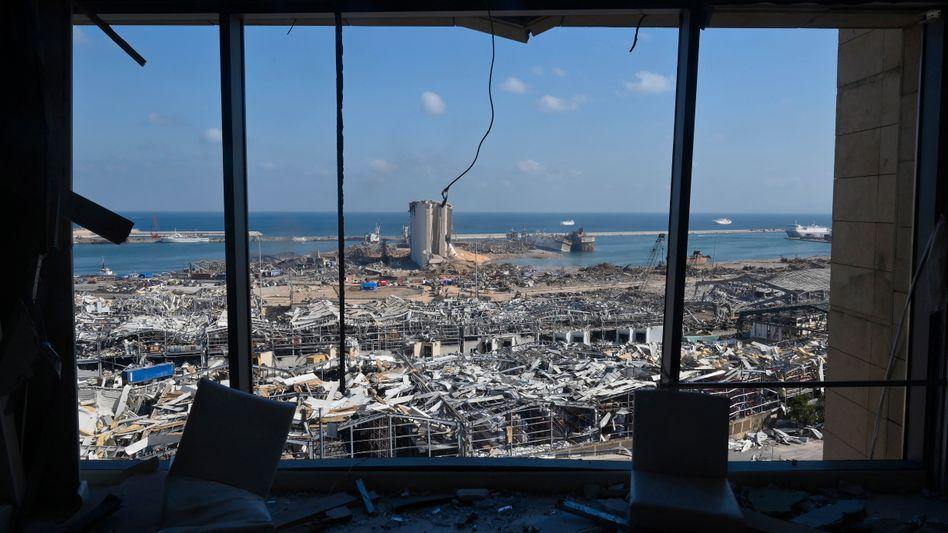 Blick auf den völlig zerstörten Hafen von Beirut (Archivbild)