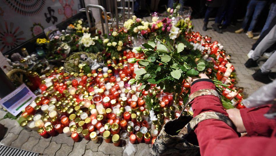 Trauernde legen in Kandel Kerzen und Blumen ab