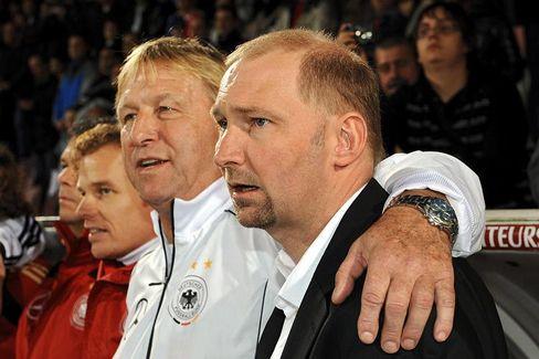 Ex-Coach Eilts (r.) und Interims-Nachfolger Hrubesch: Aus und vorbei