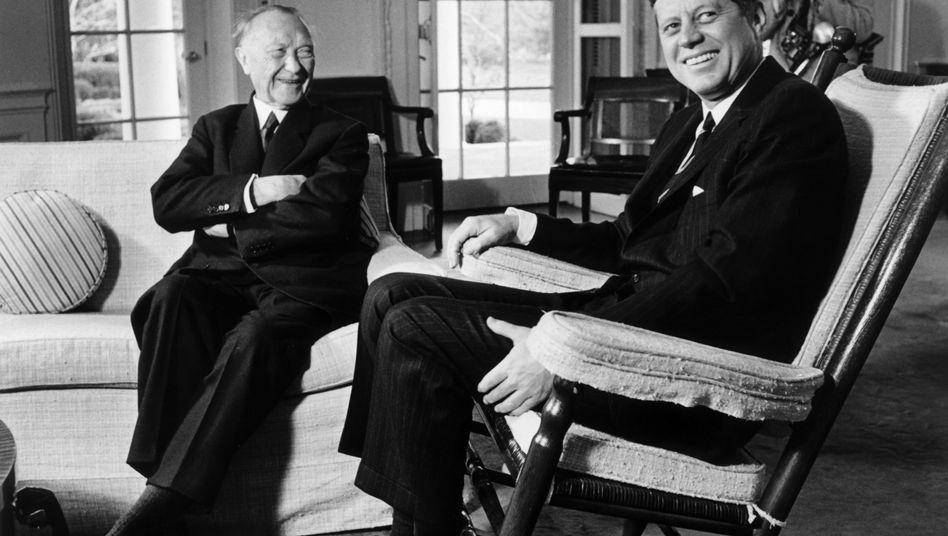 """Staatsmänner Adenauer, Kennedy 1962 (im Weißen Haus in Washington): Warnung vor """"nuklearen Experimenten"""""""