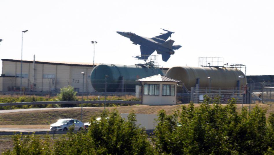 Kampfflugzeug vom Typ F-16 über dem US-Militärflughafen in Spangdahlem