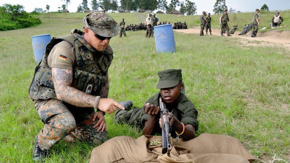 Bundeswehrausbilder Westermann in Uganda, somalischer Soldat: Gummistiefel gegen Zigaretten
