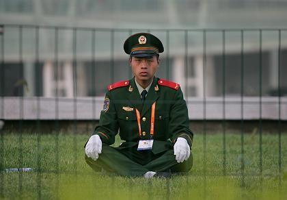 Chinesischer Polizist vor Fußballstadion: Wie in einer Agentenfilmparodie