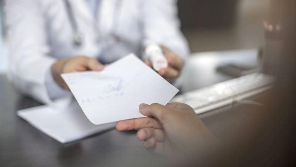 Patient beim Arzt: Drei Millionen Menschen in Deutschland erhielten 2018 bedenkliche Antibiotika