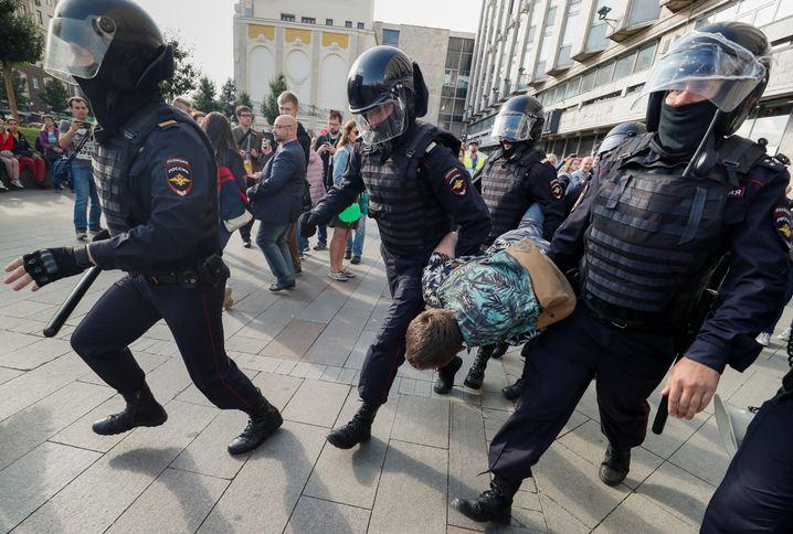 Polizisten greifen in Moskau hart durch