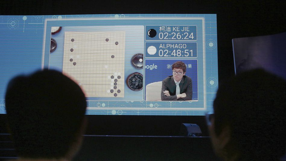 Zuschauer beobachten eine Partie des chinesischen Go-Spielers Ke Jie auf dem Bildschirm