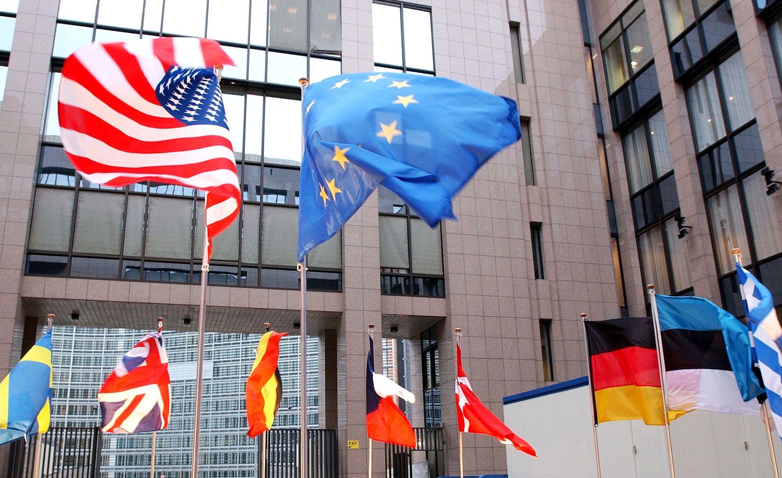 EU USA / Freihandelsabkommen / USA-Fahne / EU-fahne