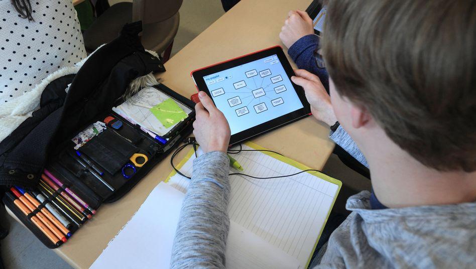 Pandemiebedingter Mehrbedarf für das Lernen zu Hause: Schüler mit Tablet (Archivbild)
