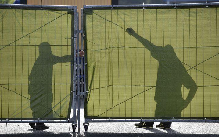 Sicherheitskräfte vor der Asylunterkunft in Heidenau: Immer neue Übergriffe