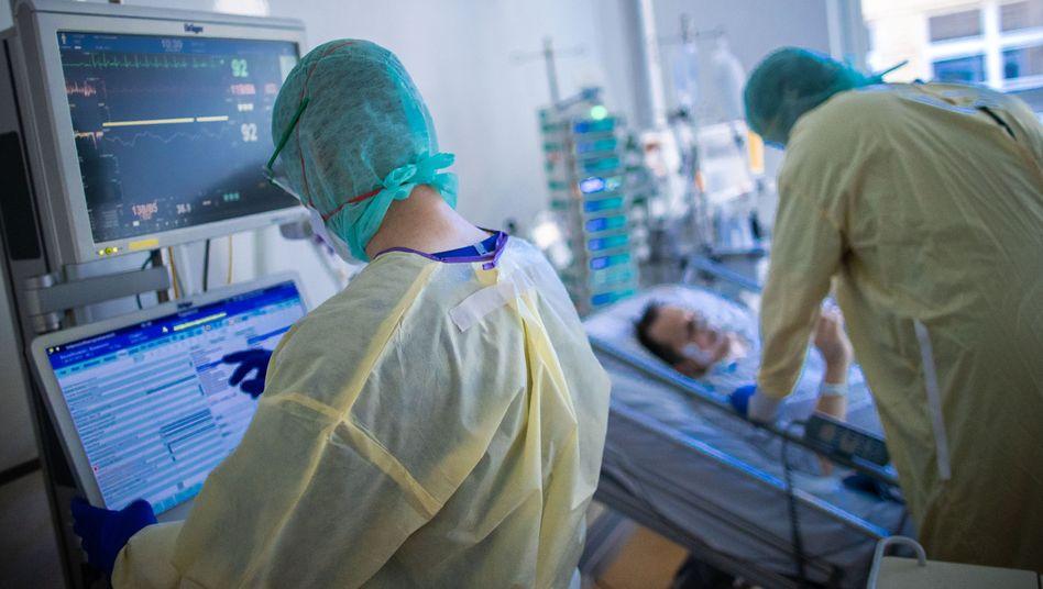 Pflegekräfte auf der Coronastation (Symbolbild): In der Pandemie besonders gefordert